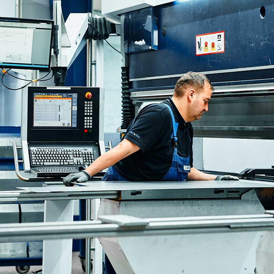 Mitarbeiter im Leistungsbereich Blech biegen - King GmbH Blechverarbeitung in Fluorn-Winzeln