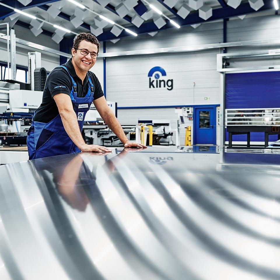 Freundlicher Mitarbeiter im Leistungsbereich Blech lasern - King GmbH Blechverarbeitung in Fluorn-Winzeln