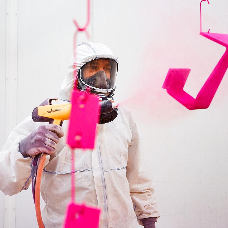 Mitarbeiter mit Schutzausrüstung im Leistungsbereich Blech Pulverbeschichten- King GmbH Blechverarbeitung in Fluorn-Winzeln