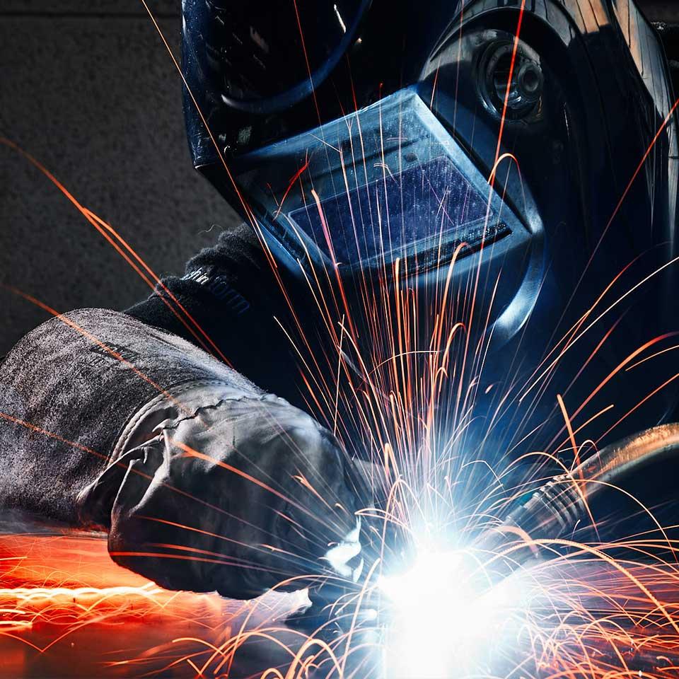 Mitarbeiter mit Schutzausrüstung im Leistungsbereich Blech schweissen - King GmbH Blechverarbeitung in Fluorn-Winzeln