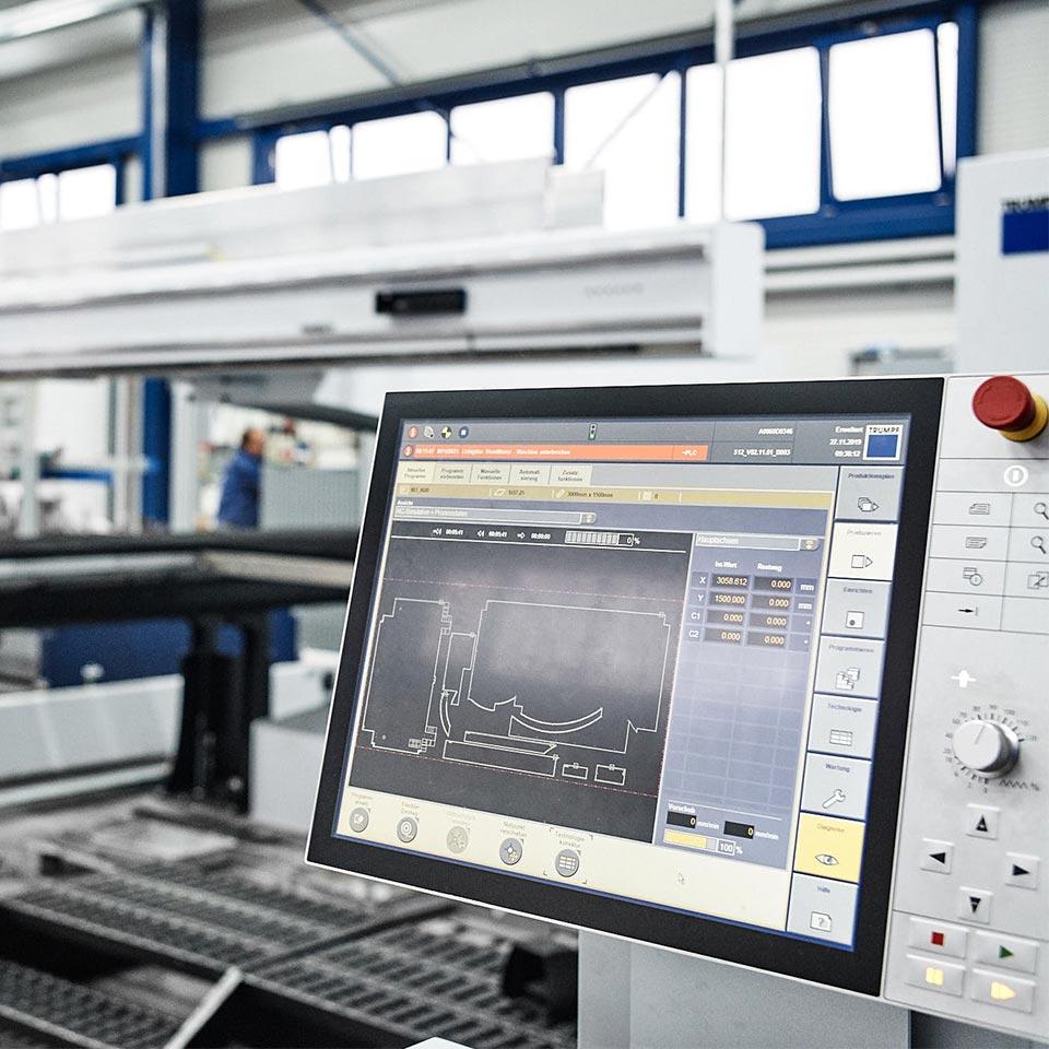 Trumpf Laser Bedienoberfläche im Leistungsbereich Blech stanzen - King GmbH Blechverarbeitung in Fluorn-Winzeln