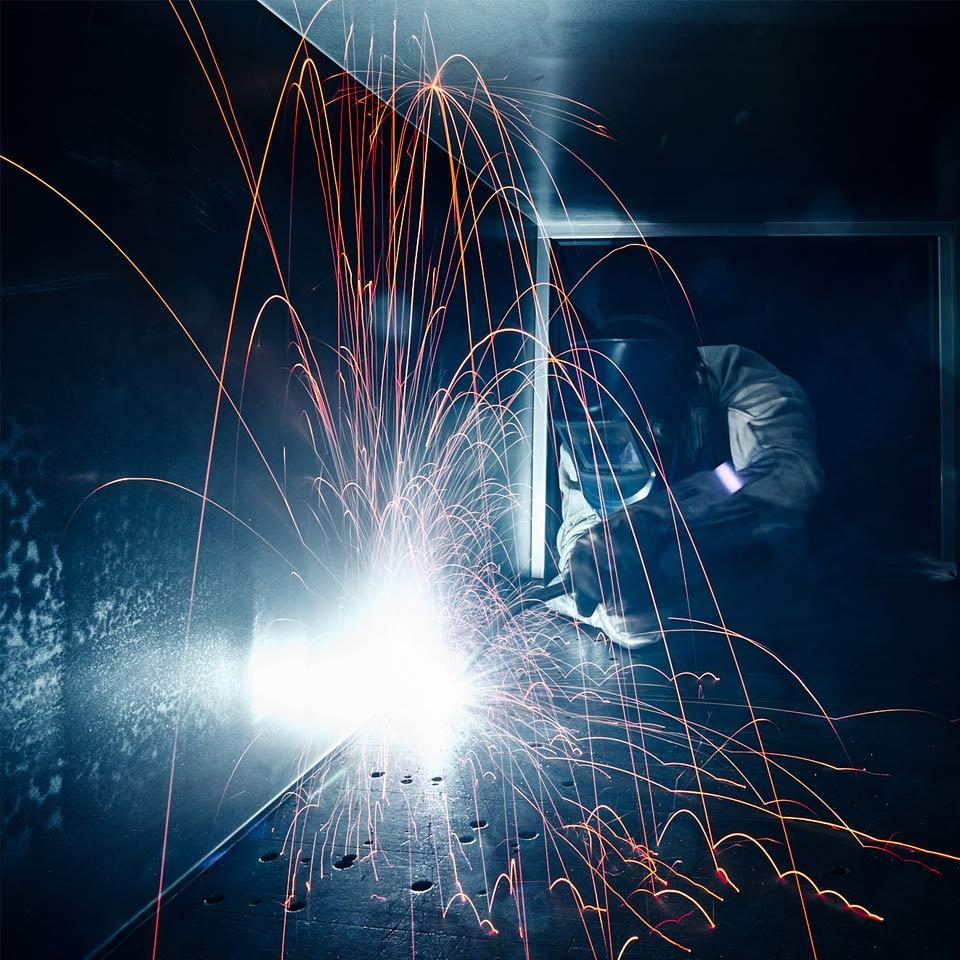 Mitarbeiter bei Schweissarbeiten im Leistungsbereich Gehäuse - King GmbH Blechverarbeitung in Fluorn-Winzeln