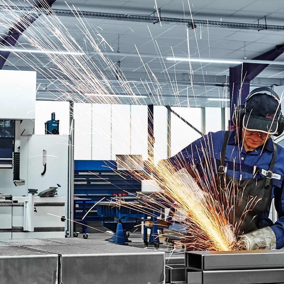 Mitarbeiter bei Bearbeitung eines Werkstücks im Leistungsbereich Gehäuse - King GmbH Blechverarbeitung in Fluorn-Winzeln
