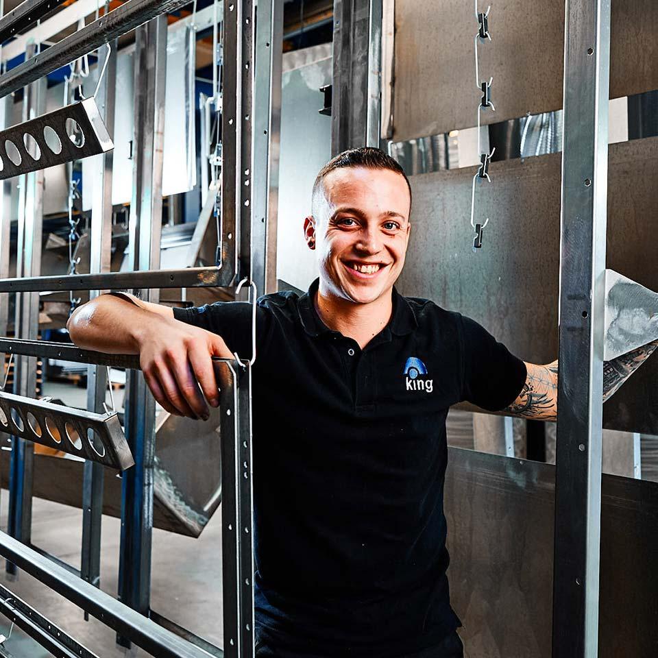 Freundlicher Mitarbeiter im Bereich Kundenlösungen & Kundenservice - King GmbH Blechverarbeitung in Fluorn-Winzeln