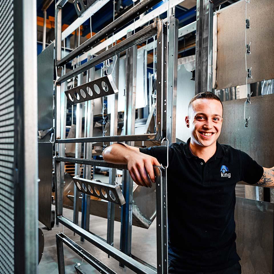 Freundlicher Mitarbeiter im Leistungsbereich Maschinenverkleidung - King GmbH Blechverarbeitung in Fluorn-Winzeln