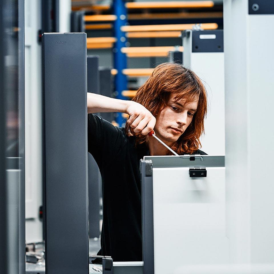 Konzentrierter Mitarbeiter im Leistungsbereich Montage - King GmbH Blechverarbeitung in Fluorn-Winzeln